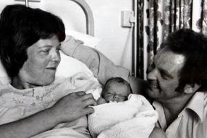 1978: az újszülött Louise Brown szüleivel.