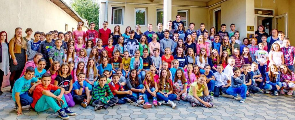 A Téka Szórványkollégium bentlakó diákjai és pedagógusai