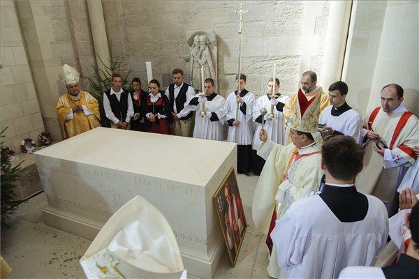 Miguel Maury Buendía apostoli nuncius felszenteli a kőkoporsót - Fotó: Czeglédi Zsolt / MTI