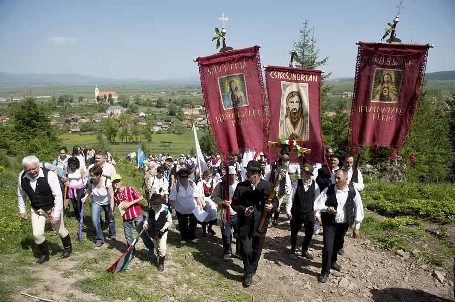 Csíksomlyó, 2015. május 23. A Kis- és Nagysomlyó-hegy közötti nyeregben felállított oltárhoz érkező zarándokok Csíksomlyón 2015. május 23-án. MTI Fotó: Koszticsák Szilárd